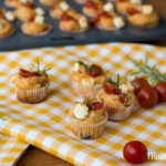 Tomaten-Feta-Muffins mit frischen Rosmarinzweigen