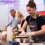 Livekochen auf der Consumenta & Rezept für Pflaumen Crumble mit Rosmarinsahne