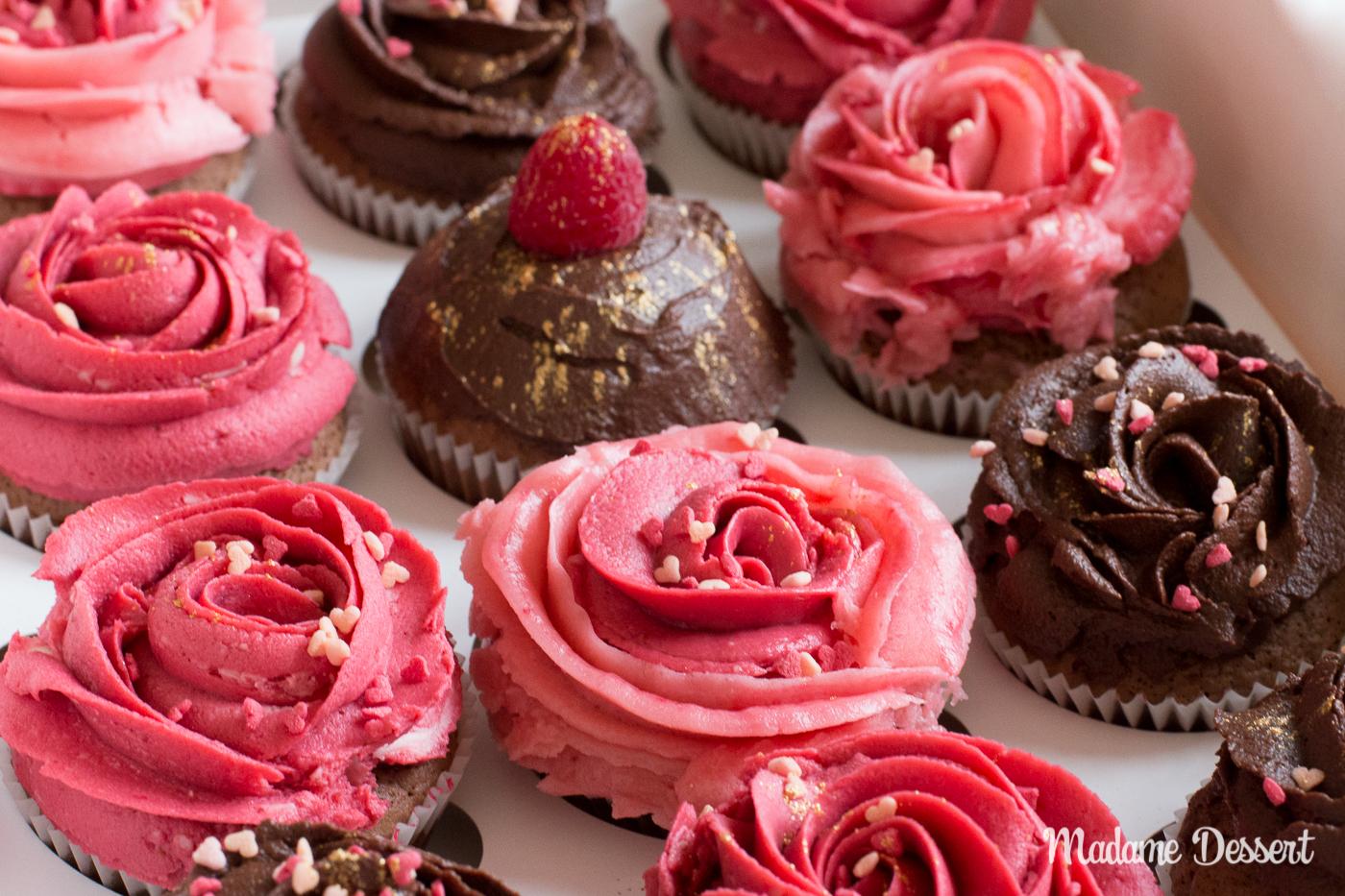 Schokoladencupcakes mit himbeerigen Buttercremerosen   Madame Dessert