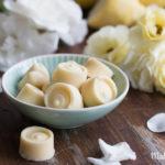 Sommer auf der Zunge –Selbstgemachte Zitronen-Buttermilch-Eispralinen in knackiger Schokoladenhülle