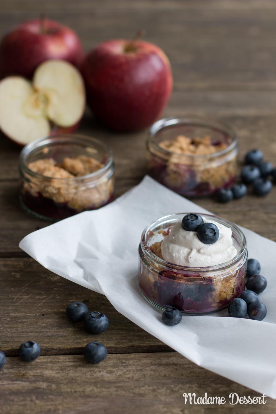 Herzerwärmender Apfel Blaubeer Crumble mit Vanillesahne | Madame Dessert