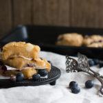 Blueberry Blondies mit Macadamia & weißer Schokolade