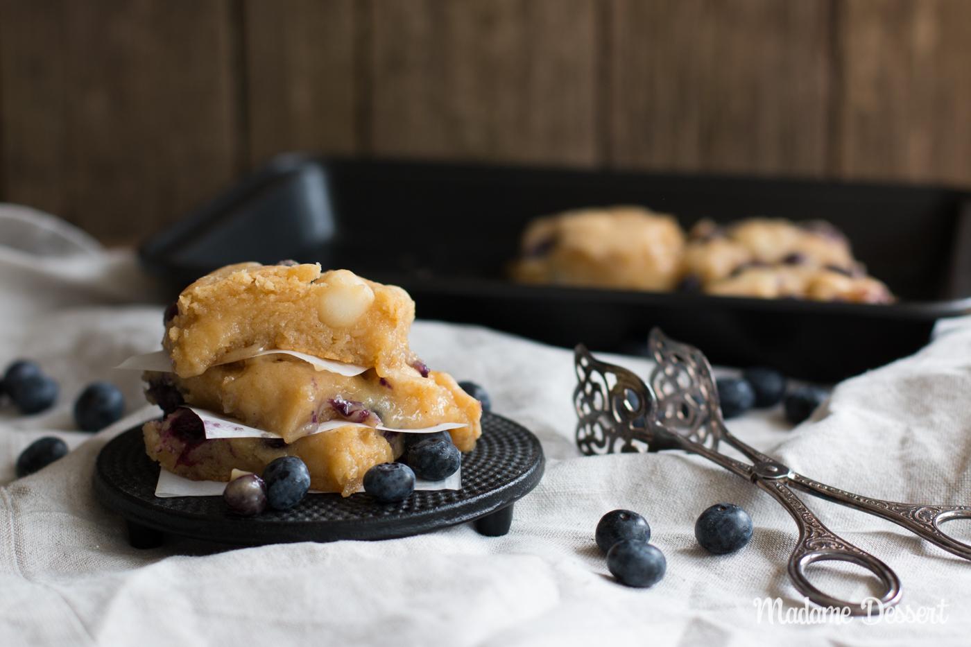 Blueberry Blondies mit Macadamianüssen und weißer Schokolade | Madame Dessert