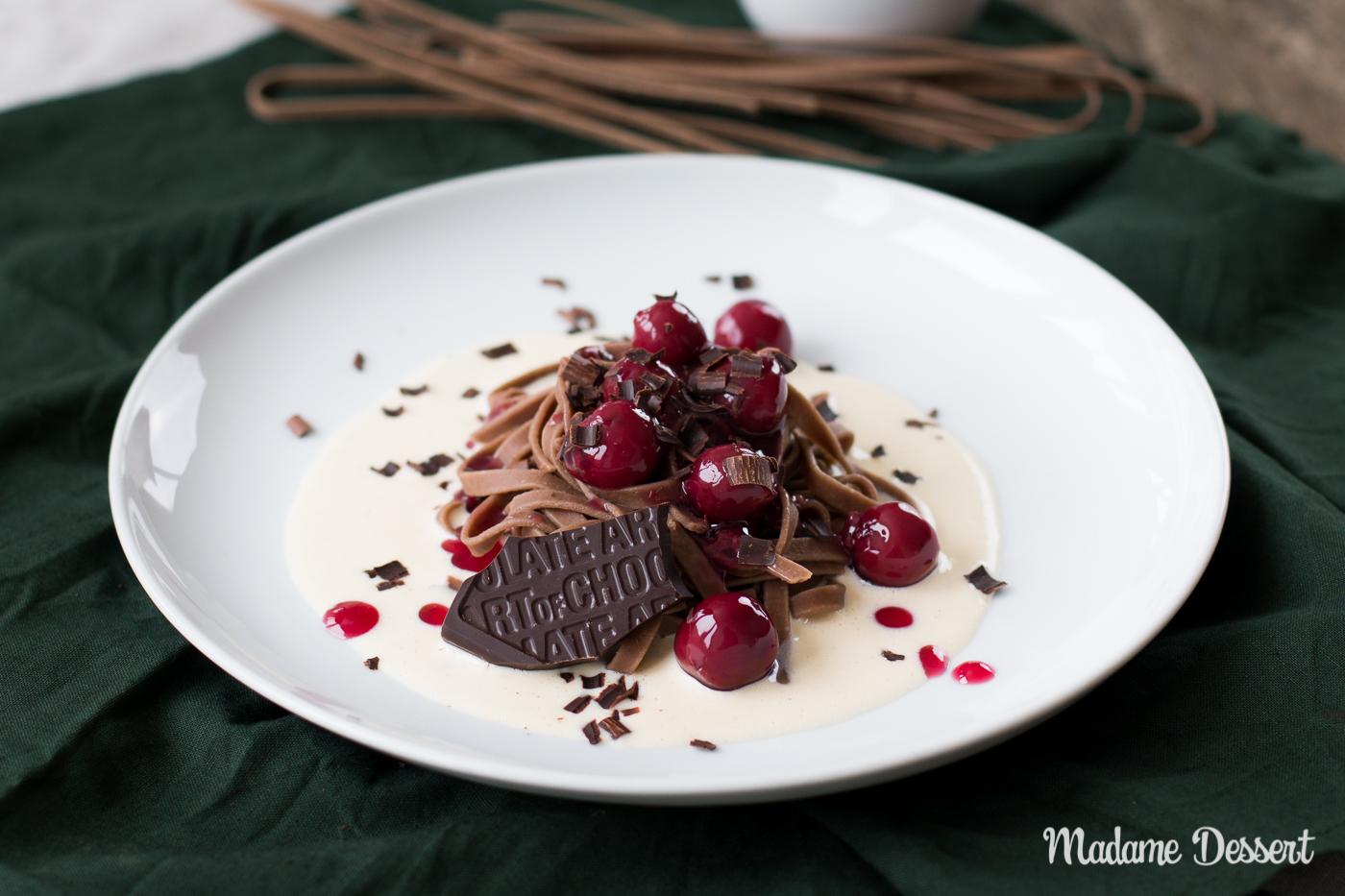 Schokonudeln mit heißen Kirschen und Vanillesauce | Madame Dessert