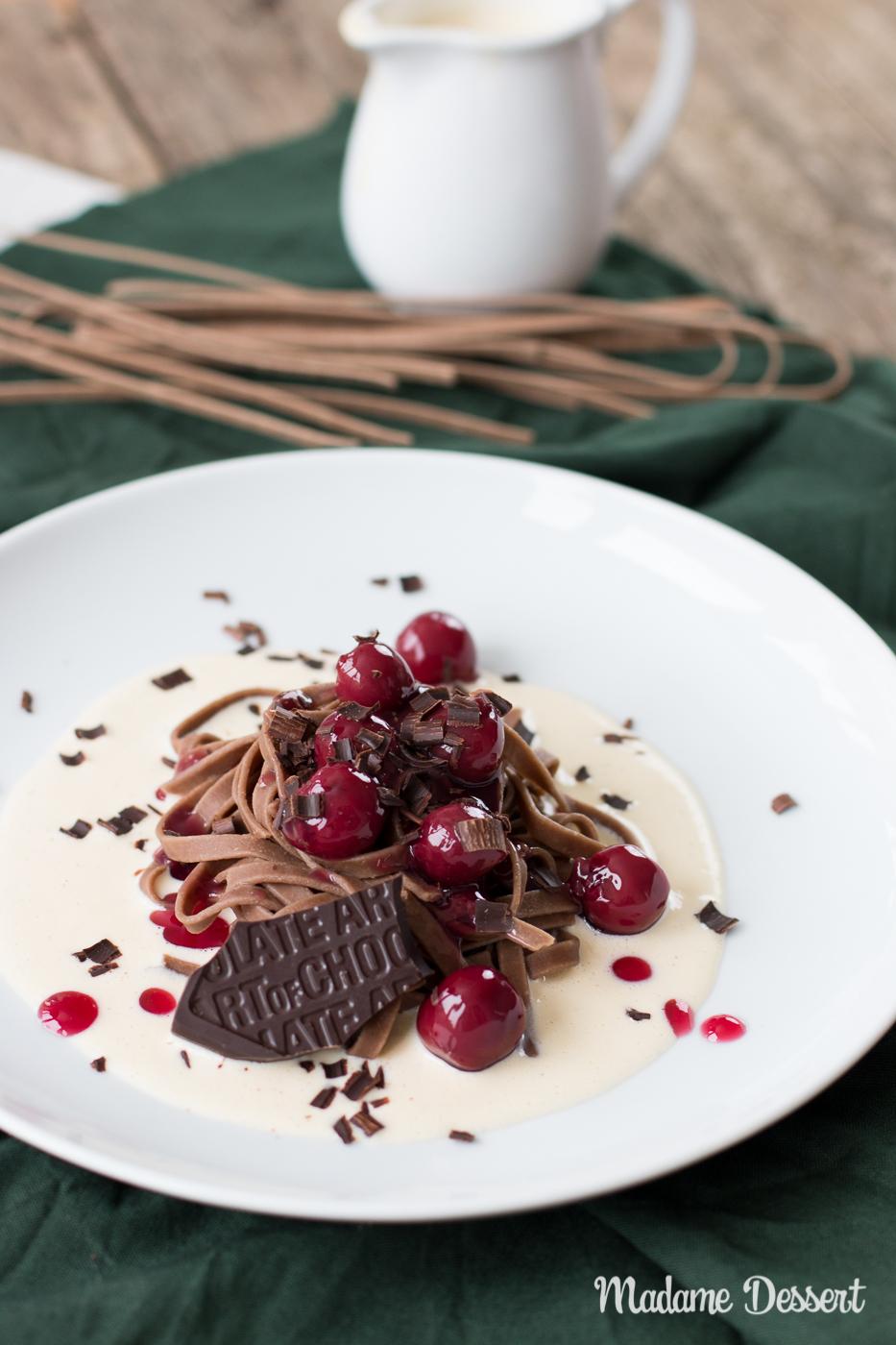 Schokonudeln mit Vanillesauce und heißen Kirschen | Madame Dessert