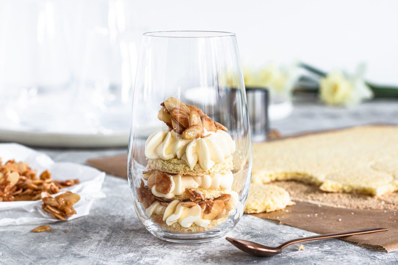 Bienenstich Dessert im Glas mit Mandelkrokant